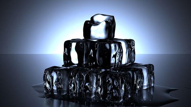 kristallklare-Eiswürfel-Cocktails